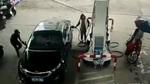 Gặp tai họa khủng khiếp sau khi trộm đồ của nữ tài xế