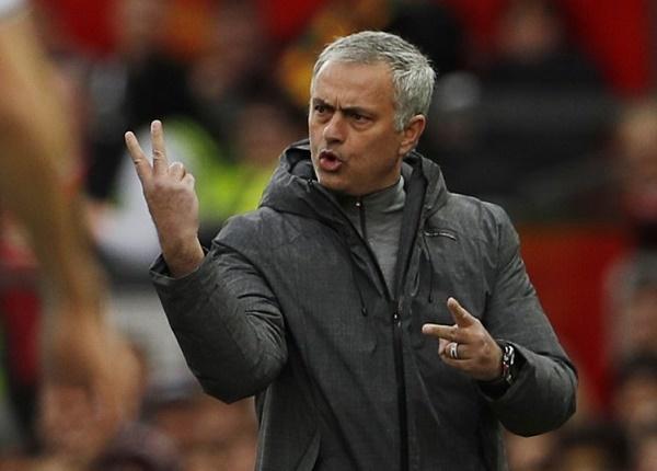 Mourinho mắng quân ăn hại, Conte ký mới Chelsea đến 2022
