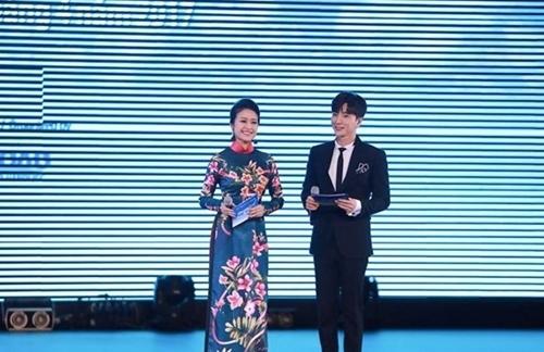 MC Phí Linh cứu nguy Hoàng Thuỳ Linh khỏi sự cố bất ngờ