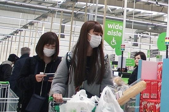 Nhóm du khách Nhật Bản đeo khẩu trang khiến người Anh sợ hãi