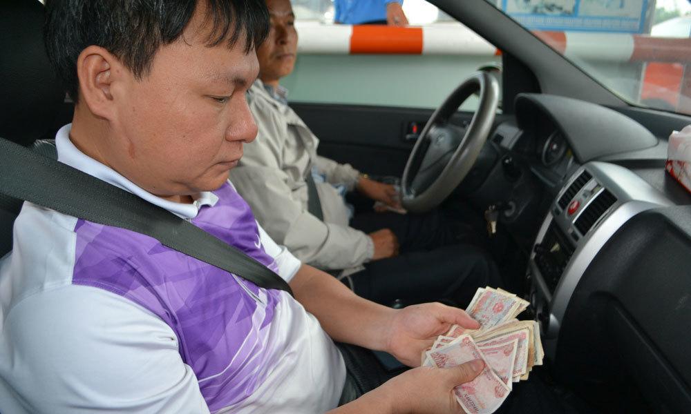 Xế hộp xài tiền lẻ mua vé qua cầu Bến Thủy, ách tắc nhiều giờ