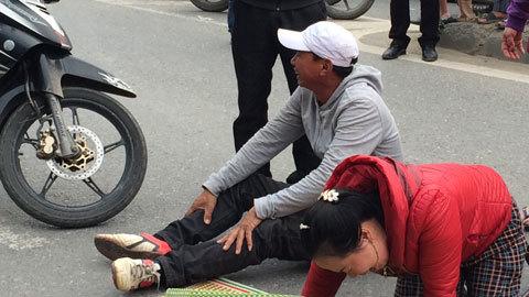 Người thân khóc vật vã bên thi thể bị xe khách cán tử vong