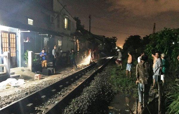 Ngồi giữa đường ray, người đàn ông bị tàu tông chết thảm