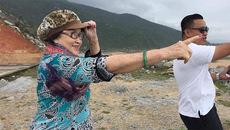Mẹ Hoài Linh 80 tuổi vẫn dẻo dai leo núi, vượt sông
