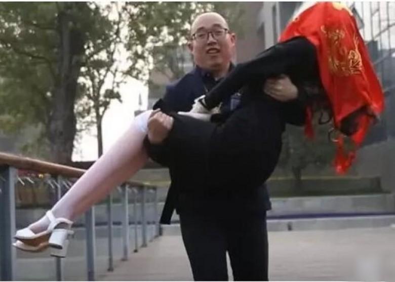 Bị người yêu 'đá', thạc sĩ cưới búp bê tình dục
