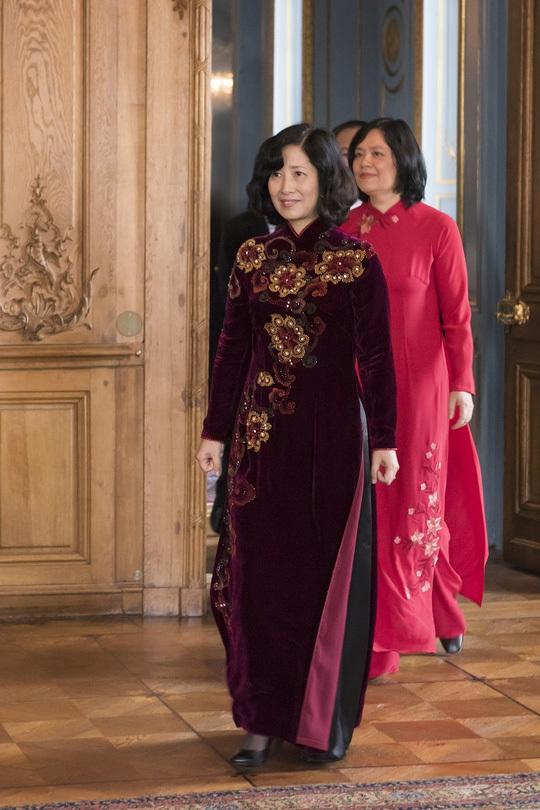 Nữ Đại sứ Việt Nam đi xe tứ mã trình Quốc thư
