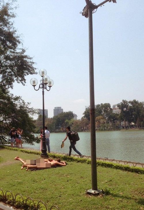 Phản cảm du khách Tây mặc bikini, nằm dài trên bãi cỏ Hồ Gươm