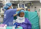 100 y bác sĩ cứu bé gái 15 tuổi gia đình xin về để chết