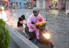 Người Sài Gòn vật vã tìm đường về sau cơn mưa trái mùa