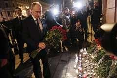 Ông Putin đặt vòng hoa gần ga tàu điện ngầm St.Petersburg