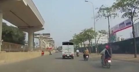 Thanh niên đi ngược chiều trên phố Hà Nội bị phang gậy vào lưng