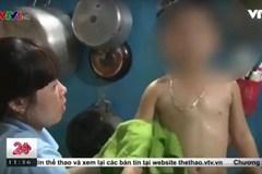 Bé trai bị buộc dây thun vào bộ phận sinh dục