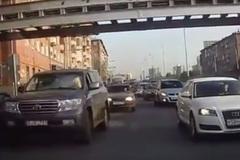 Nữ tài xế giận dữ, điên cuồng húc xe khác
