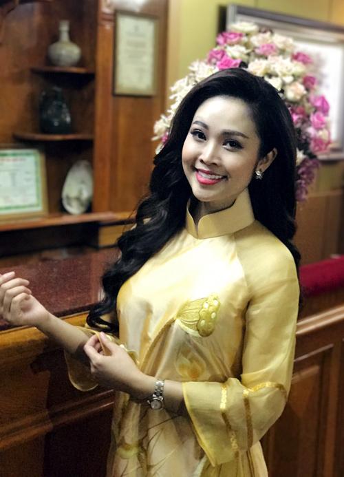 MC có nụ cười đẹp nhất VTV hút hồn nhờ áo dài truyền thống