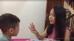 Bé gái dạy em học tiếng Anh khiến dân mạng thích thú