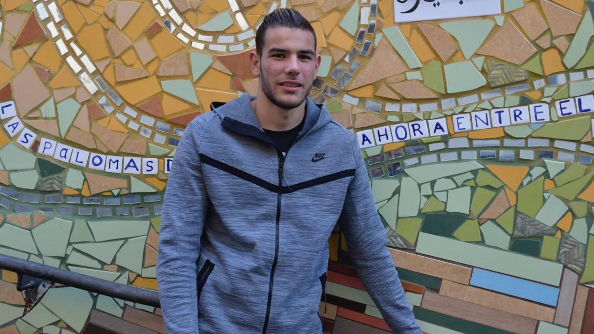 MU gia hạn Fellaini, Conte úp mở về Sanchez