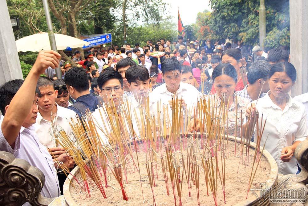 Dòng người cuồn cuộn đổ về đền Hùng trước giờ G