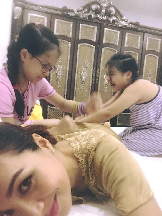 Ngọc Trinh vui vẻ ăn nhậu cùng mẹ và người giúp việc