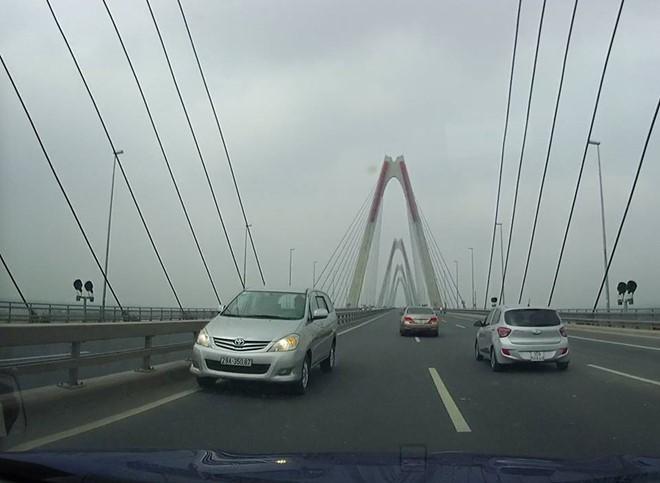 Truy tìm 5 lái xe chạy ngược chiều trên cầu Nhật Tân