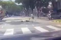 Xe máy tông ngã người sang đường rồi thản nhiên bỏ chạy