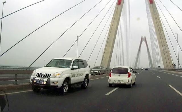 Tìm tài xế 5 ô tô phi ngược chiều trên cầu Nhật Tân