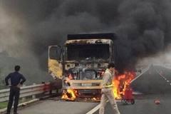 Cháy xe ngùn ngụt trên cao tốc Hà Nội - Hải Phòng