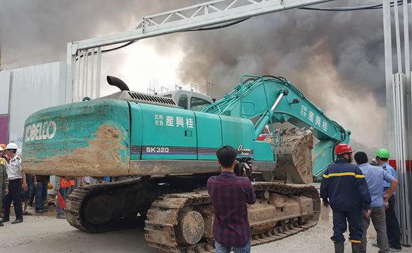 Hà Nội: Cháy ngùn ngụt gần Keangnam, 2 lính cứu hỏa bị thương