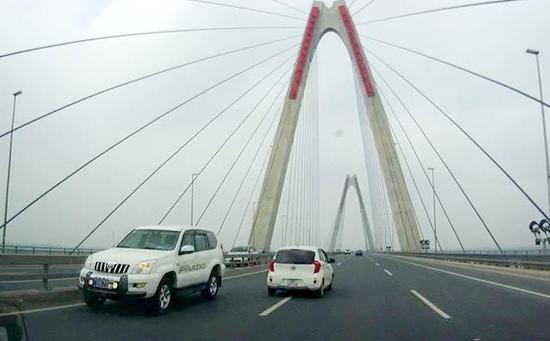 xe biển xanh, xe biển xanh Bộ Y tế, xe biển xanh chạy ngược chiều, cầu Nhật Tân