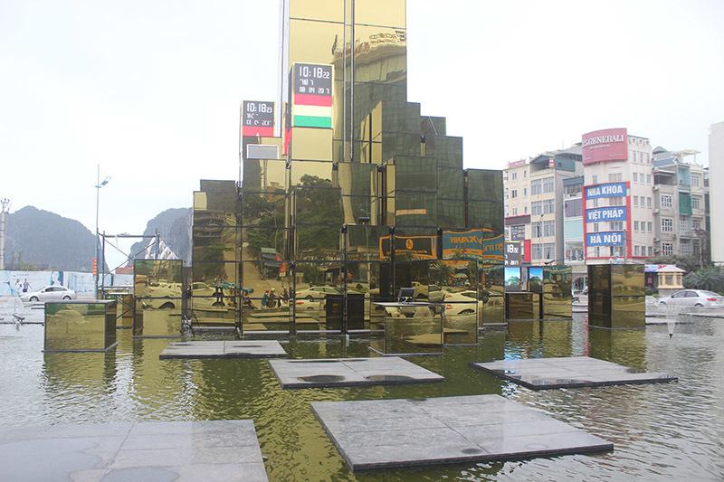 Cột đồng hồ 35 tỷ nằm giữa Hạ Long