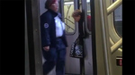 Dửng dưng nhìn người phụ nữ bị cửa tàu kẹp cổ?