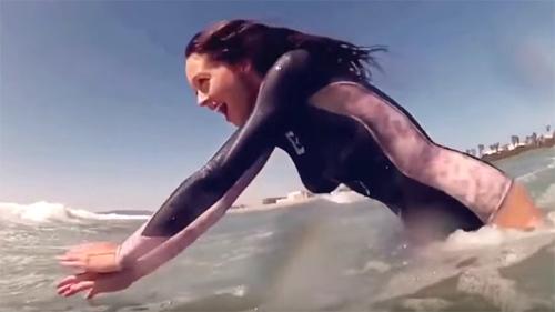 10 clip 'nóng': Người đẹp khoả thân lướt sóng nhờ đồ bơi bí ẩn