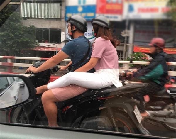 Đi xe máy gác chân lên đùi bạn trai, dáng ngồi 'gây bão' của bạn gái trẻ