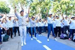 MC Nguyên Khang dạy Dương Tử Quỳnh nhảy Flashmob