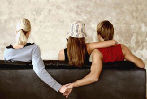 """Người vợ """"cao tay"""" khiến chồng ngoại tình phải quỳ xuống xin lỗi"""