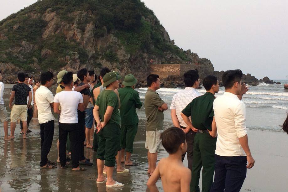 Chụp ảnh kỷ yếu dưới biển, hai học sinh bị sóng cuốn mất tích