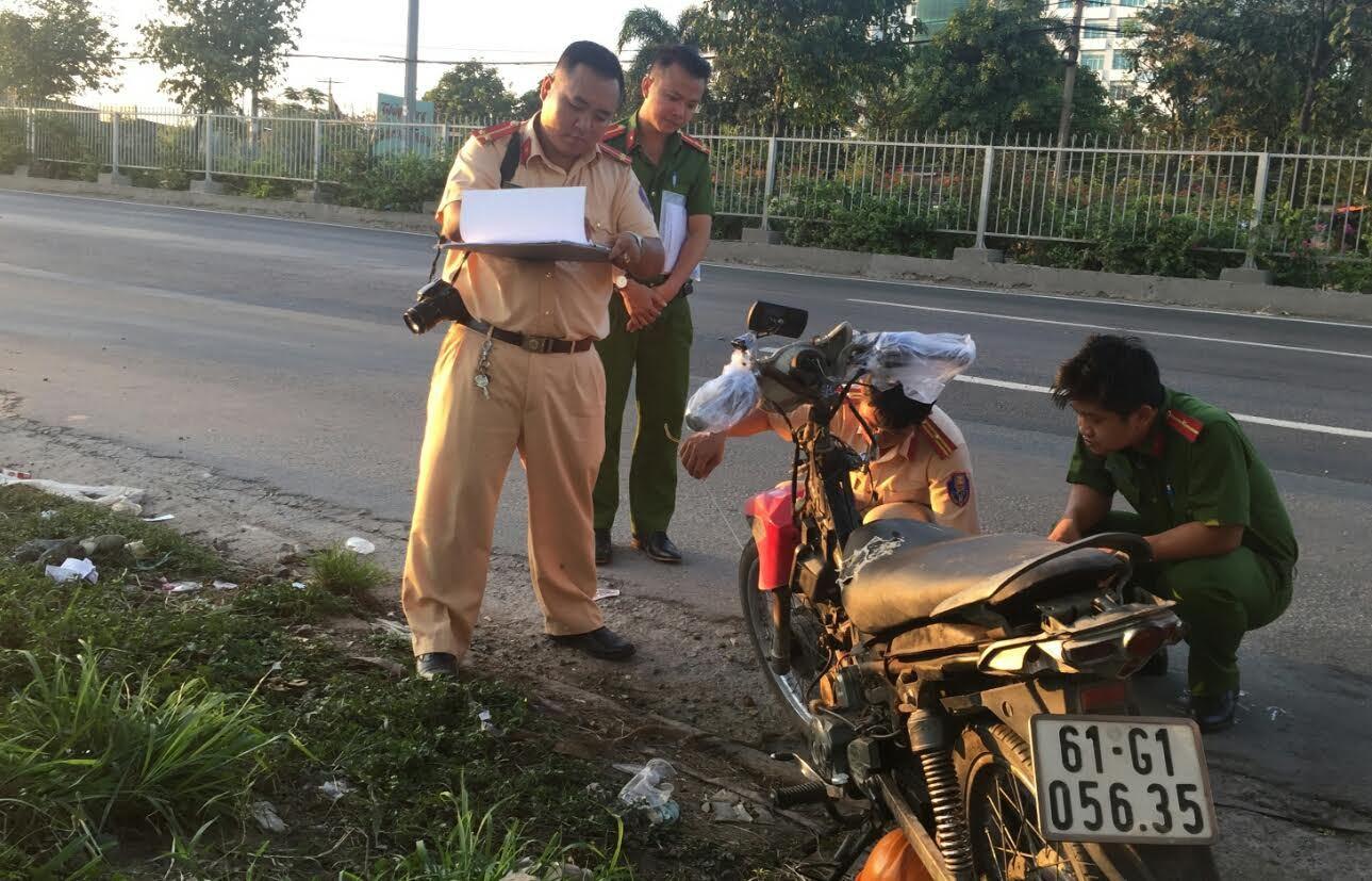 Hai thanh niên thương vong bên chiếc xe máy bể nát trên QL1