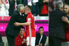 """HLV Ancelotti hạ hỏa Ribery bằng """"nụ hôn nồng cháy"""""""