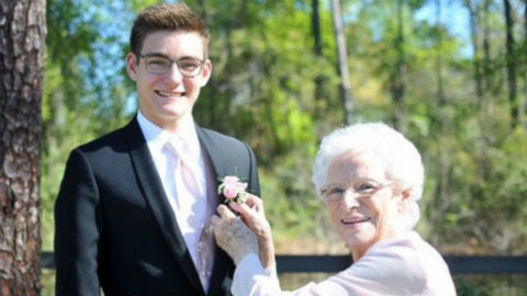Nam sinh điển trai mời bà ngoại 93 tuổi đến trường khiêu vũ