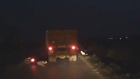 Thanh niên vượt ẩu, suýt bị xe tải cán