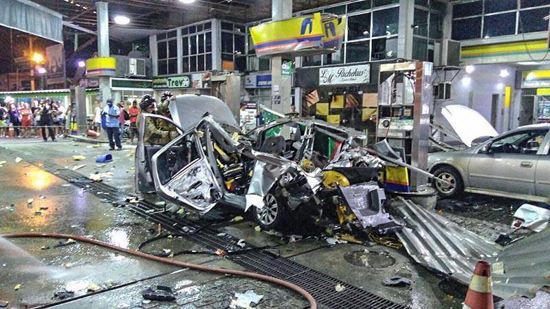 Xe hơi phát nổ trong lúc đổ xăng
