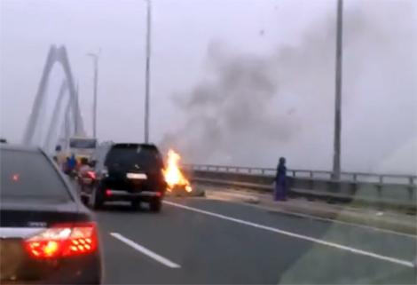 Xe máy cháy rụi trên cầu Nhật Tân