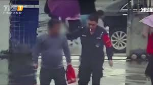 Tên cướp chạy thẳng tới đồn cảnh sát sau khi giật đồ