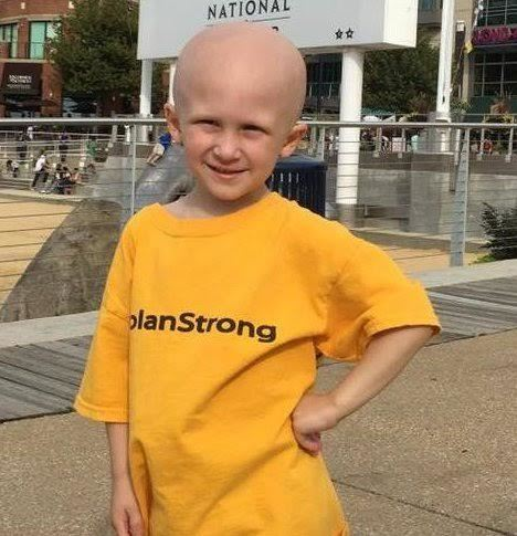 Cậu bé ung thư nằm trên thảm chùi chân, chờ mẹ tắm rồi ra đi mãi mãi