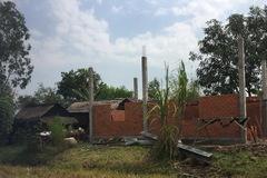 Người phụ nữ nhà 'trống hoác' vẫn xin gạch xây nhà cho hàng xóm
