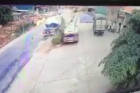 Xe máy chạy cắt mặt container, bị cuốn gọn vào gầm