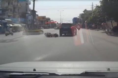 Cô gái sang đường lao thẳng xe máy vào ô tô