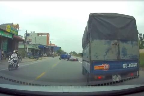 Xe ba gác đột ngột sang đường khiến người đi xe máy ngã nhào