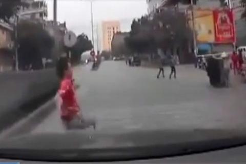 Thanh niên vượt rào chắn qua đường lao vào gầm ô tô