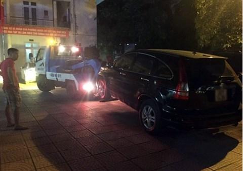 Đập kính xe Honda CRV, giải cứu tài xế say rượu gục trong xe