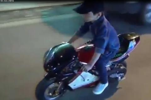 Bé trai lái môtô mini lượn phố gây xôn xao